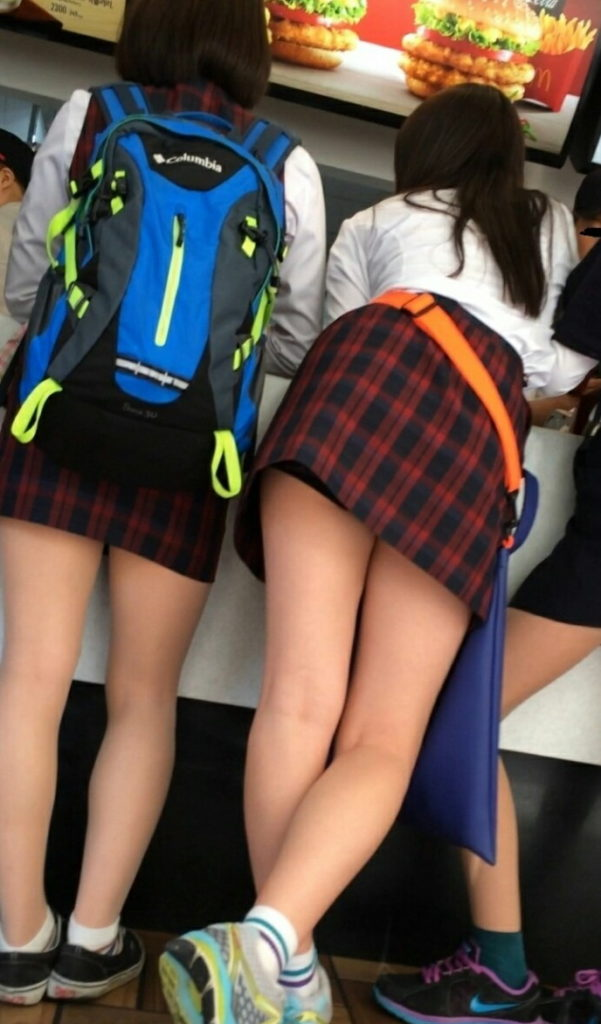 【※エロ画像】街中で盗撮された韓国女子のミニスカ、帰国すればコッチのもんやwwwwwwwwwwwwwwwww・9枚目