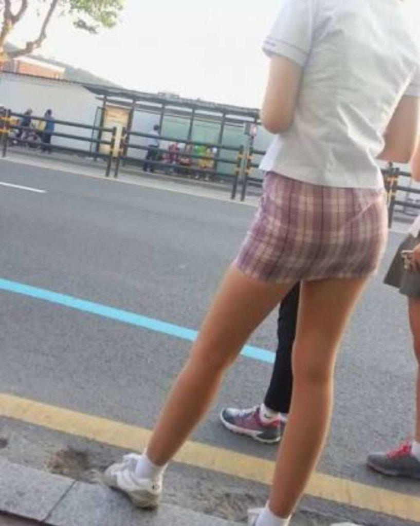 【※エロ画像】街中で盗撮された韓国女子のミニスカ、帰国すればコッチのもんやwwwwwwwwwwwwwwwww・19枚目