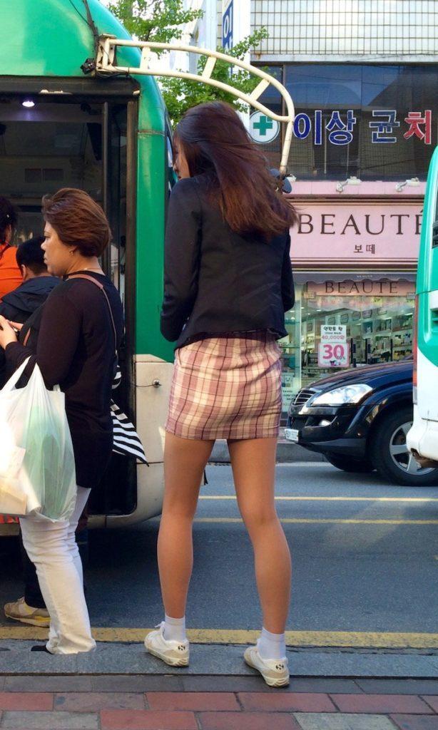 【※エロ画像】街中で盗撮された韓国女子のミニスカ、帰国すればコッチのもんやwwwwwwwwwwwwwwwww・2枚目