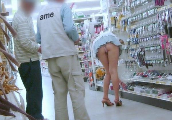 【※画像あり】ミニスカ女子のパンツを覗くオッサンが撮影さるwwwwwwww