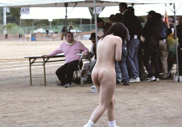 【全裸注意】運動会で裸にされた女子生徒が撮影されるwwwwwwwwwwwwwwwwwwwwwwwwwwww(画像あり)