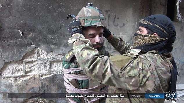 【閲覧注意】ISIS、宙吊りにした人爆弾を開発。やっぱキツイ・・・(画像あり)・1枚目