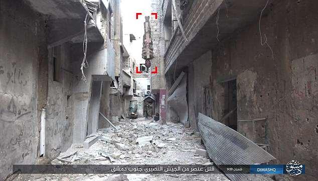 【閲覧注意】ISIS、宙吊りにした人爆弾を開発。やっぱキツイ・・・(画像あり)・2枚目