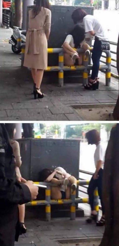 【※悲報※】柵に挟まりパンツ丸出しの女が撮影されるwww肉便器状態でワロタwwwwwwwwwwwwww(画像あり)・1枚目