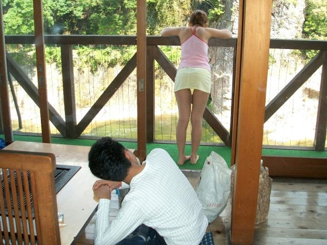 【※画像あり】ミニスカ女子のパンツを覗くオッサンが撮影さるwwwwwwww・9枚目