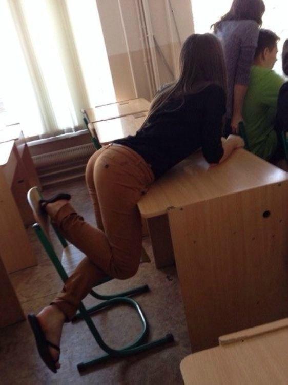 【美尻】海外の大学の授業風景がエロすぎる件wwwwwwwwwww(画像あり)・12枚目