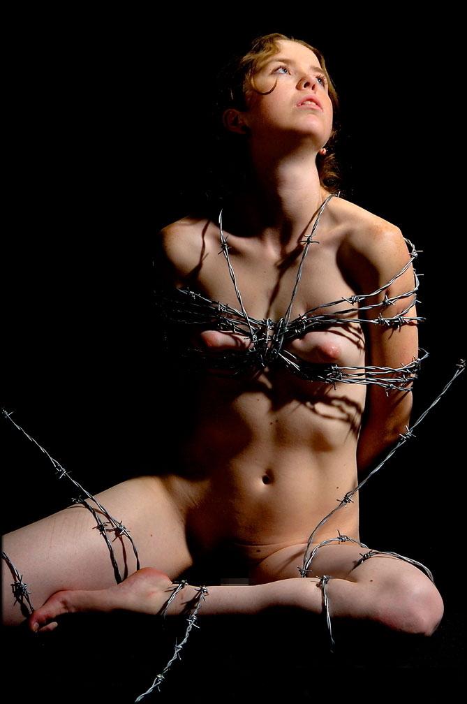 【閲覧注意】調教師「あ、ロープないわぁ…」→ 近所にあった有刺鉄線で縛ってみたでwwwwwwwwwwww(画像あり)・15枚目