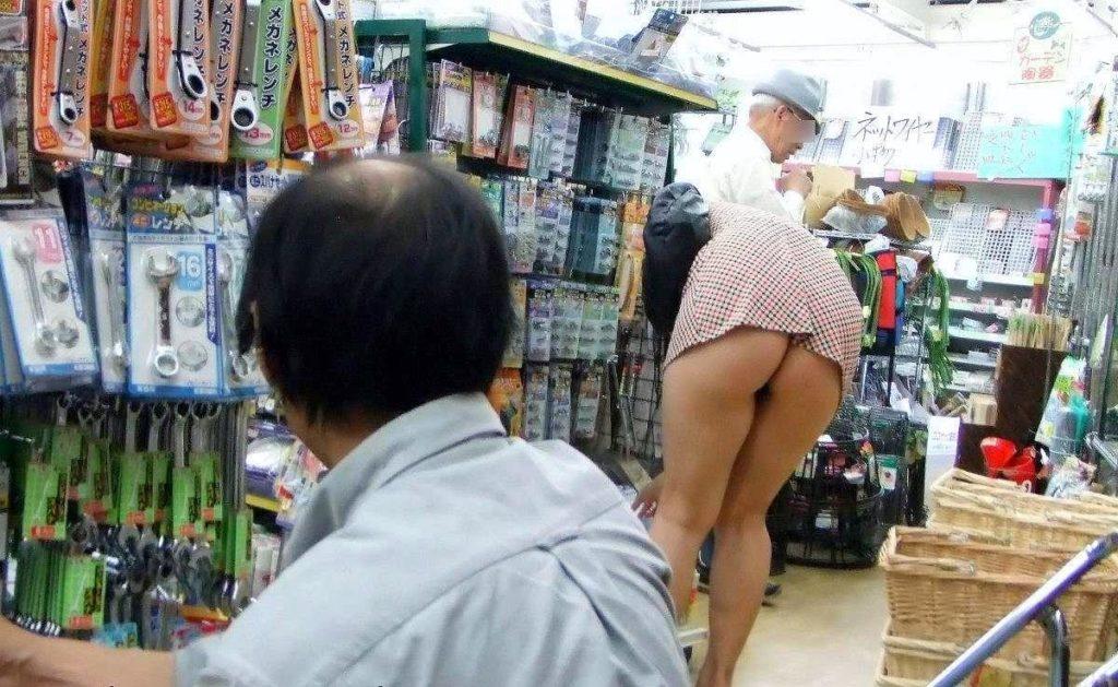 【※画像あり】ミニスカ女子のパンツを覗くオッサンが撮影さるwwwwwwww・11枚目