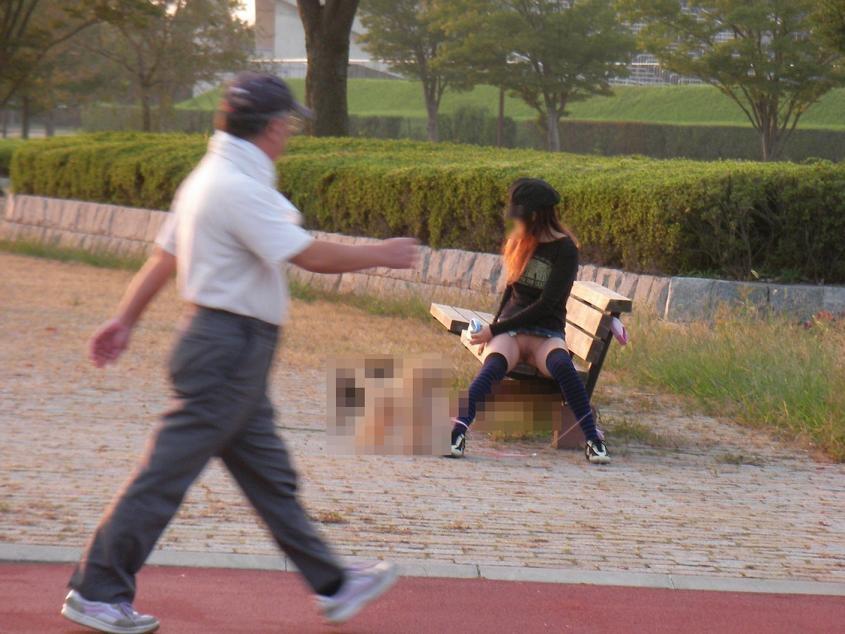 【※画像あり】ミニスカ女子のパンツを覗くオッサンが撮影さるwwwwwwww・14枚目