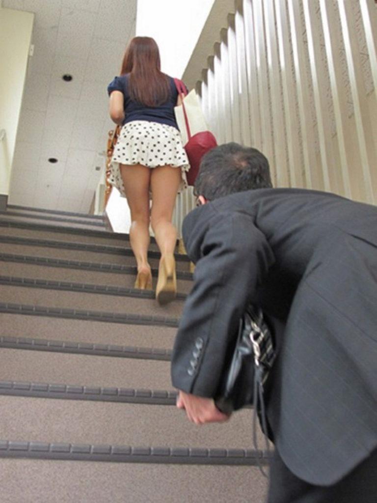 【※画像あり】ミニスカ女子のパンツを覗くオッサンが撮影さるwwwwwwww・16枚目