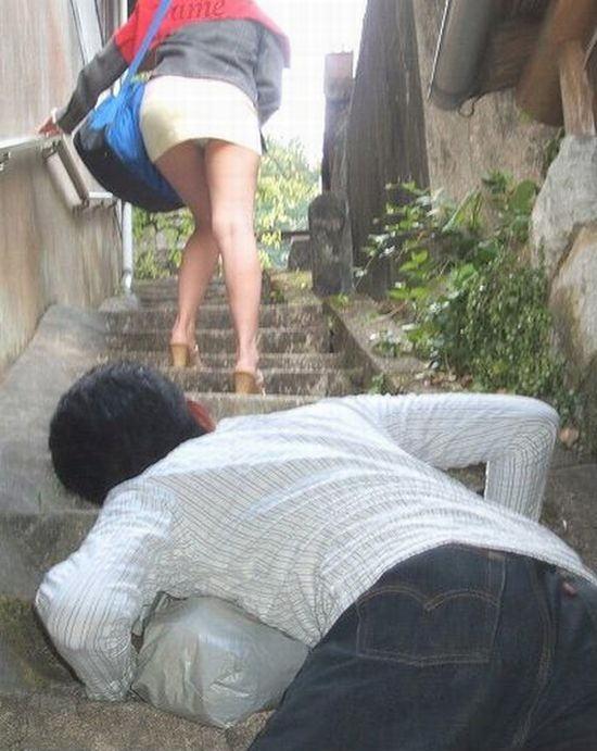 【※画像あり】ミニスカ女子のパンツを覗くオッサンが撮影さるwwwwwwww・17枚目