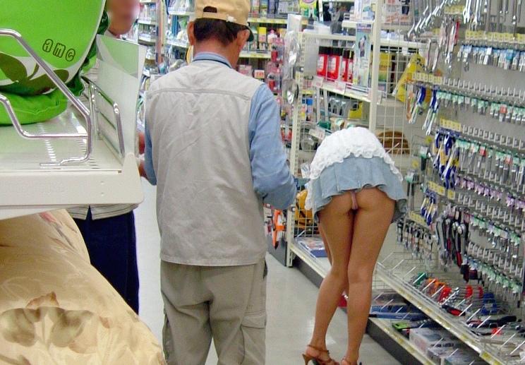 【※画像あり】ミニスカ女子のパンツを覗くオッサンが撮影さるwwwwwwww・5枚目