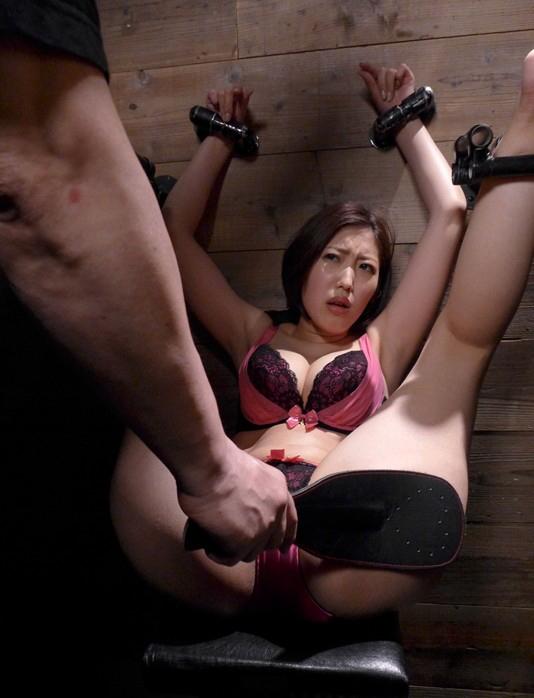 【※過激】壁に手足を拘束され無抵抗のまま調教される女を見て何を思うか語るスレwwwwwwwwwww(画像あり)・1枚目