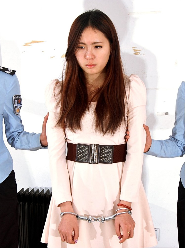 【画像あり】中国の女性犯罪者の扱い方が雑過ぎワロタwwこれ公開SMやろwwwwwwwwwww・1枚目