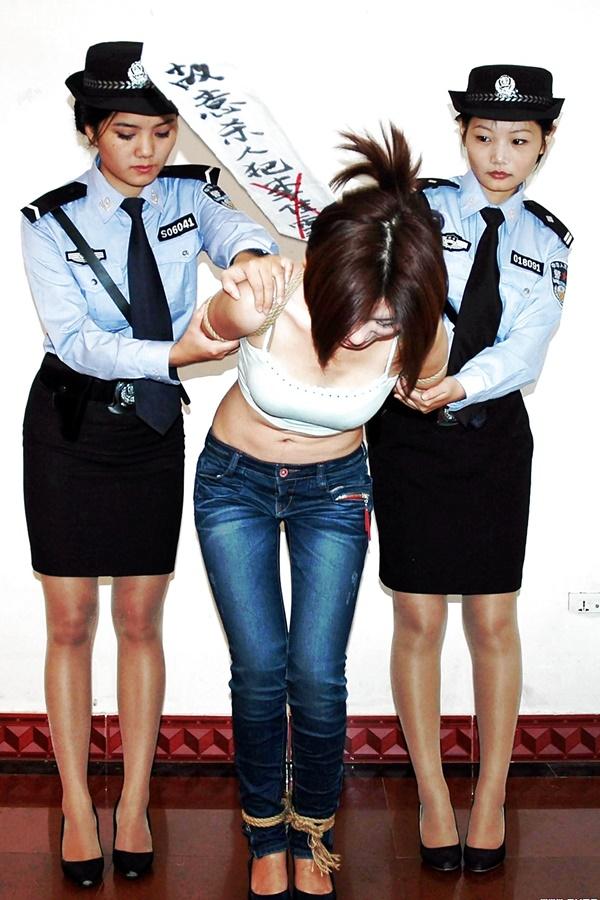 【画像あり】中国の女性犯罪者の扱い方が雑過ぎワロタwwこれ公開SMやろwwwwwwwwwww・11枚目