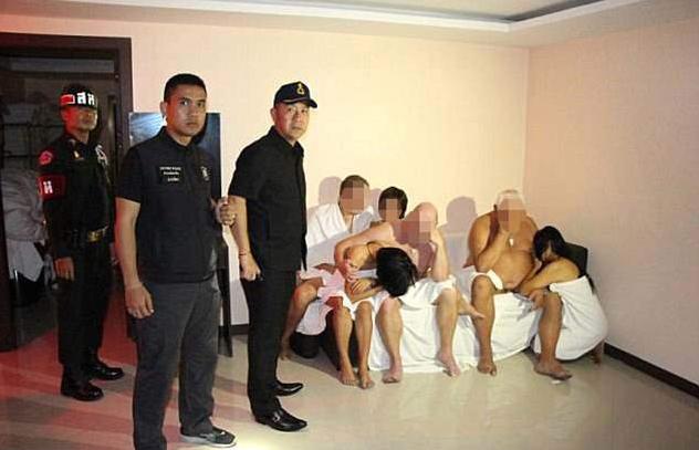違法風俗嬢・乱交パーティー摘発の瞬間を記録した画像。→顔隠してマンコ隠さない様に草生えるwwwwwwwwww(画像あり)・13枚目