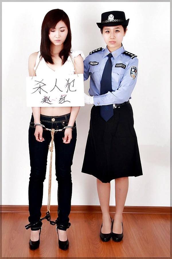 【画像あり】中国の女性犯罪者の扱い方が雑過ぎワロタwwこれ公開SMやろwwwwwwwwwww・13枚目