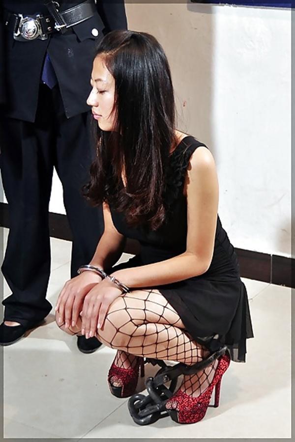 【画像あり】中国の女性犯罪者の扱い方が雑過ぎワロタwwこれ公開SMやろwwwwwwwwwww・14枚目