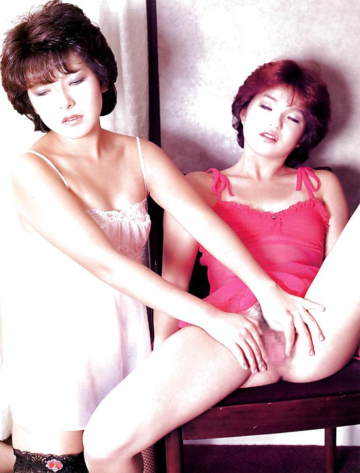 【※貴重】昭和に販売されたエロ本のレズプレイwww「髪型同じw」「意外とイケるな」・15枚目