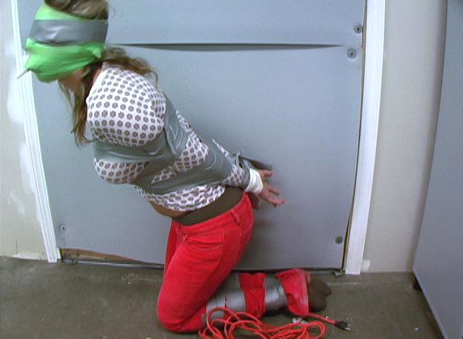 【エロ画像】テープをグッルグル巻きにされる剥がす時の事を全く考えない危険プレイwwwwwwwwwwwww・14枚目