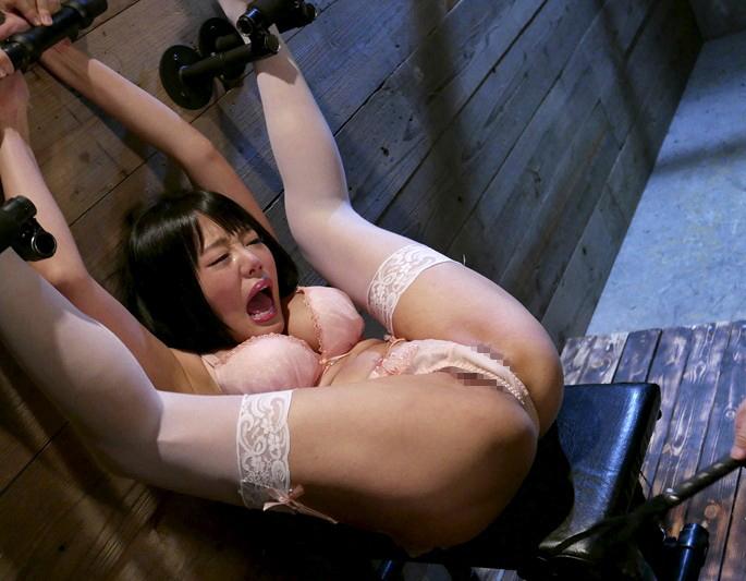 【※過激】壁に手足を拘束され無抵抗のまま調教される女を見て何を思うか語るスレwwwwwwwwwww(画像あり)・2枚目