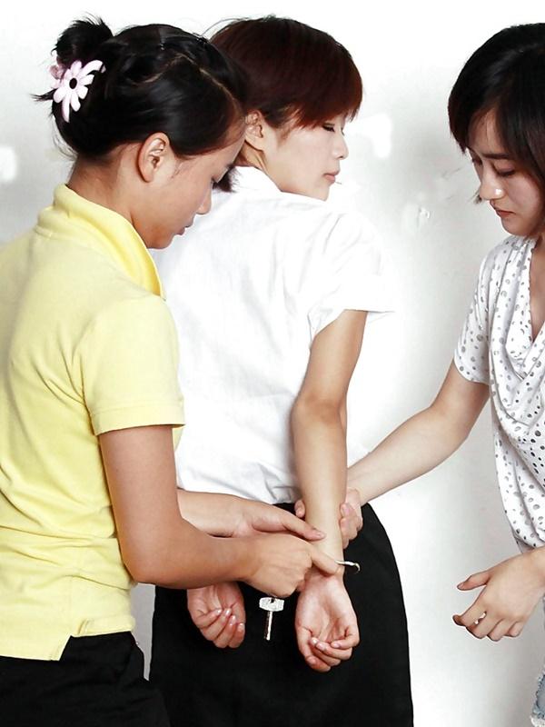 【画像あり】中国の女性犯罪者の扱い方が雑過ぎワロタwwこれ公開SMやろwwwwwwwwwww・2枚目