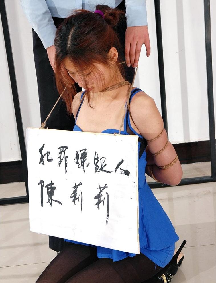【画像あり】中国の女性犯罪者の扱い方が雑過ぎワロタwwこれ公開SMやろwwwwwwwwwww・20枚目