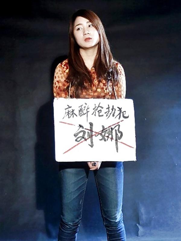 【画像あり】中国の女性犯罪者の扱い方が雑過ぎワロタwwこれ公開SMやろwwwwwwwwwww・21枚目