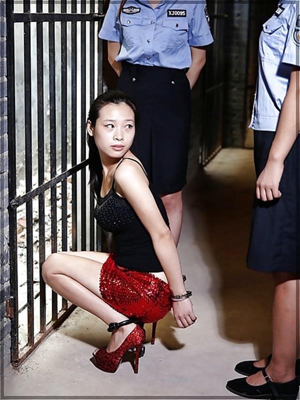 【画像あり】中国の女性犯罪者の扱い方が雑過ぎワロタwwこれ公開SMやろwwwwwwwwwww・22枚目