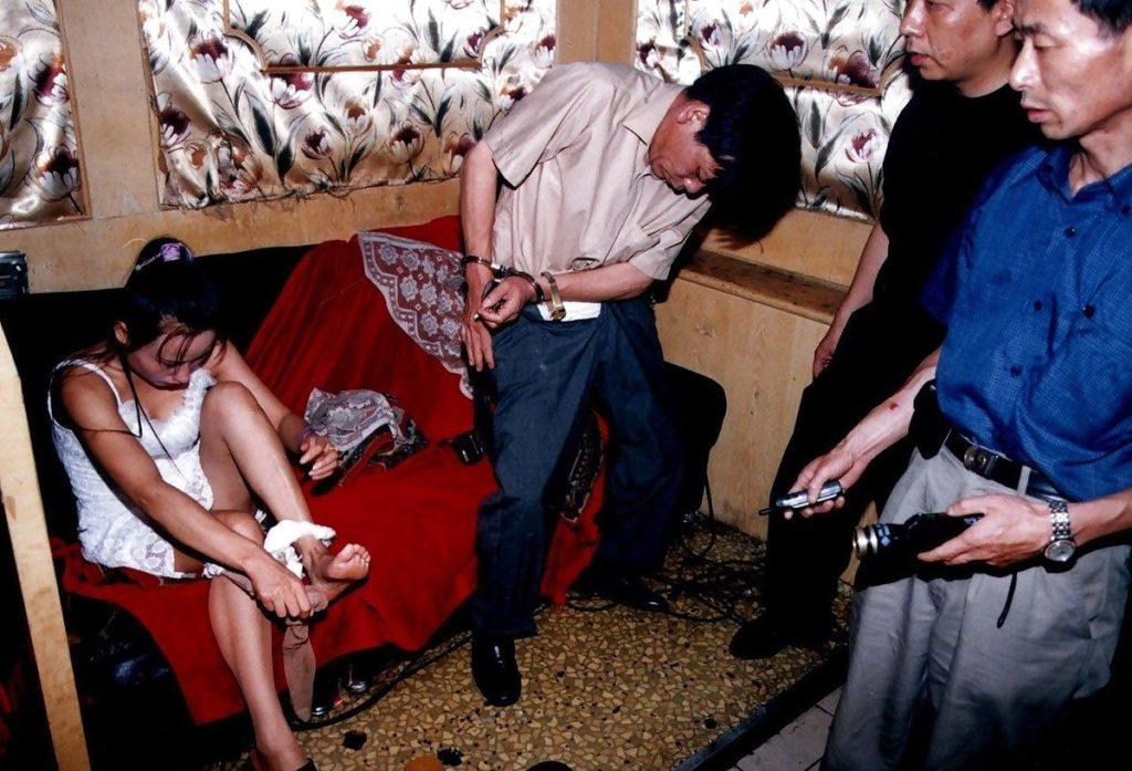違法風俗嬢・乱交パーティー摘発の瞬間を記録した画像。→顔隠してマンコ隠さない様に草生えるwwwwwwwwww(画像あり)・24枚目