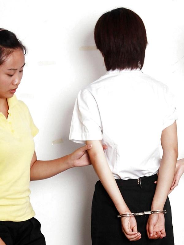 【画像あり】中国の女性犯罪者の扱い方が雑過ぎワロタwwこれ公開SMやろwwwwwwwwwww・23枚目
