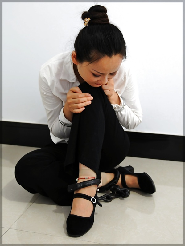 【画像あり】中国の女性犯罪者の扱い方が雑過ぎワロタwwこれ公開SMやろwwwwwwwwwww・26枚目