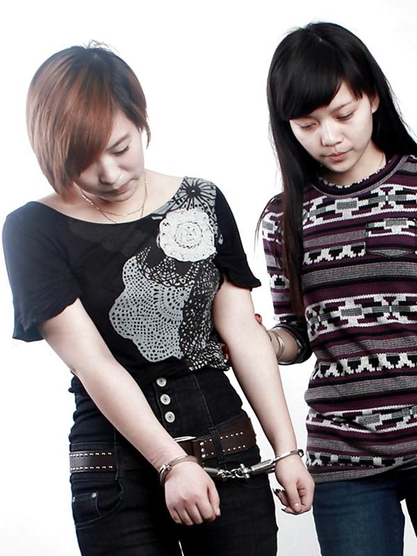 【画像あり】中国の女性犯罪者の扱い方が雑過ぎワロタwwこれ公開SMやろwwwwwwwwwww・27枚目
