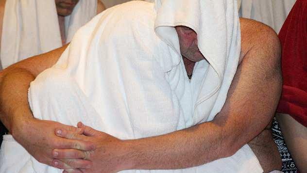 違法風俗嬢・乱交パーティー摘発の瞬間を記録した画像。→顔隠してマンコ隠さない様に草生えるwwwwwwwwww(画像あり)・29枚目