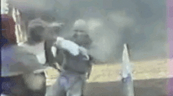 【※閲覧注意】女「ギャァァァー」斧でおっぱい切り落とされるシーン・・・ポトッてwwwwwwww(GIFあり)・24枚目