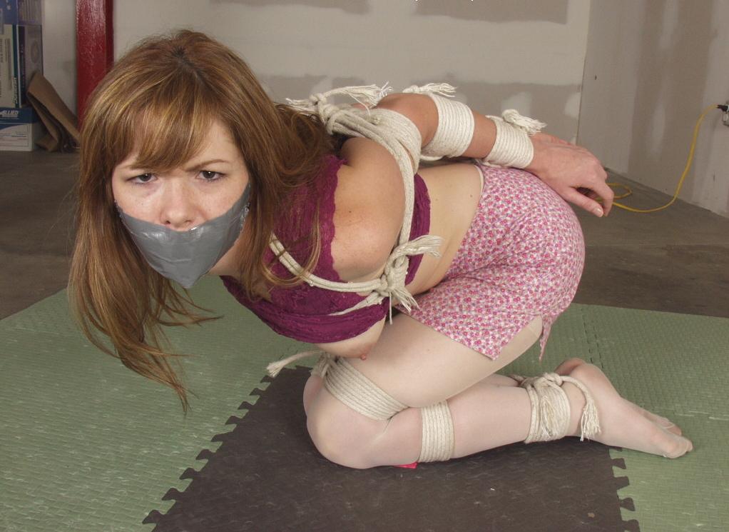 【エロ画像】テープをグッルグル巻きにされる剥がす時の事を全く考えない危険プレイwwwwwwwwwwwww・8枚目