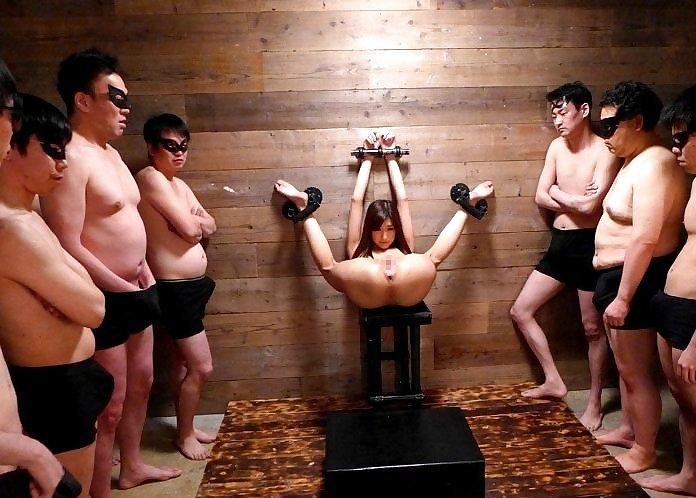 【※過激】壁に手足を拘束され無抵抗のまま調教される女を見て何を思うか語るスレwwwwwwwwwww(画像あり)・9枚目