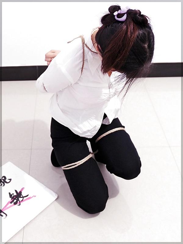 【画像あり】中国の女性犯罪者の扱い方が雑過ぎワロタwwこれ公開SMやろwwwwwwwwwww・9枚目