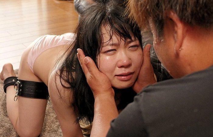 【※閲覧注意】AVに堕ちたまんさんが終始号泣してるシーン、、これマジキチだろまじで。。。(画像あり)・25枚目
