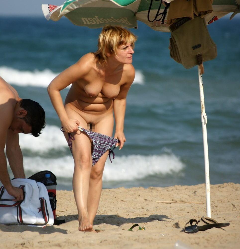 【勃起不可避】ビーチでビキニに着替える美女が撮影される。。目の前やんけぇぇぇwwwwwwwwww(画像あり)・26枚目