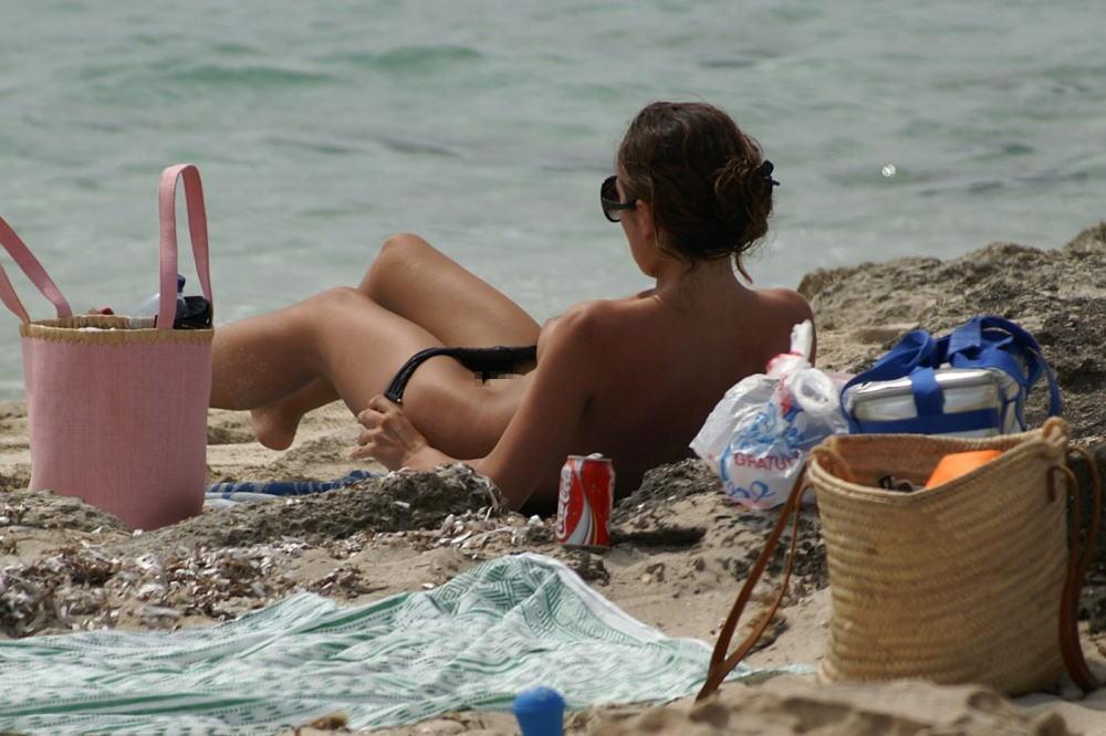 【勃起不可避】ビーチでビキニに着替える美女が撮影される。。目の前やんけぇぇぇwwwwwwwwww(画像あり)・27枚目
