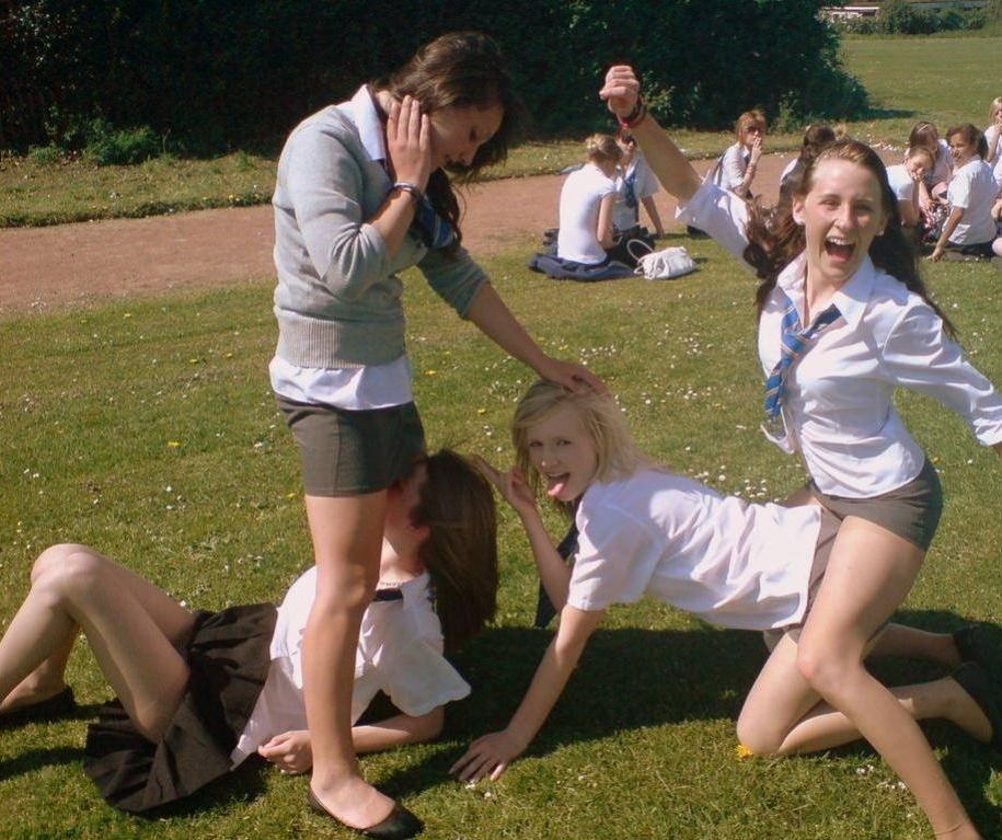【エロ画像】海外の思春期学生の記念撮影。すぐこんな事するよな?wwwwwwww・3枚目