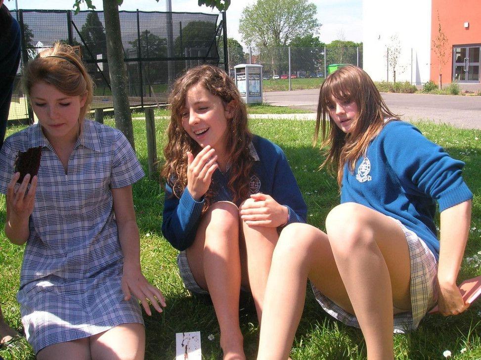 【エロ画像】海外の思春期学生の記念撮影。すぐこんな事するよな?wwwwwwww・4枚目