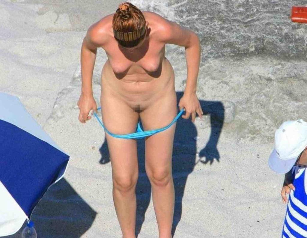 【勃起不可避】ビーチでビキニに着替える美女が撮影される。。目の前やんけぇぇぇwwwwwwwwww(画像あり)・4枚目