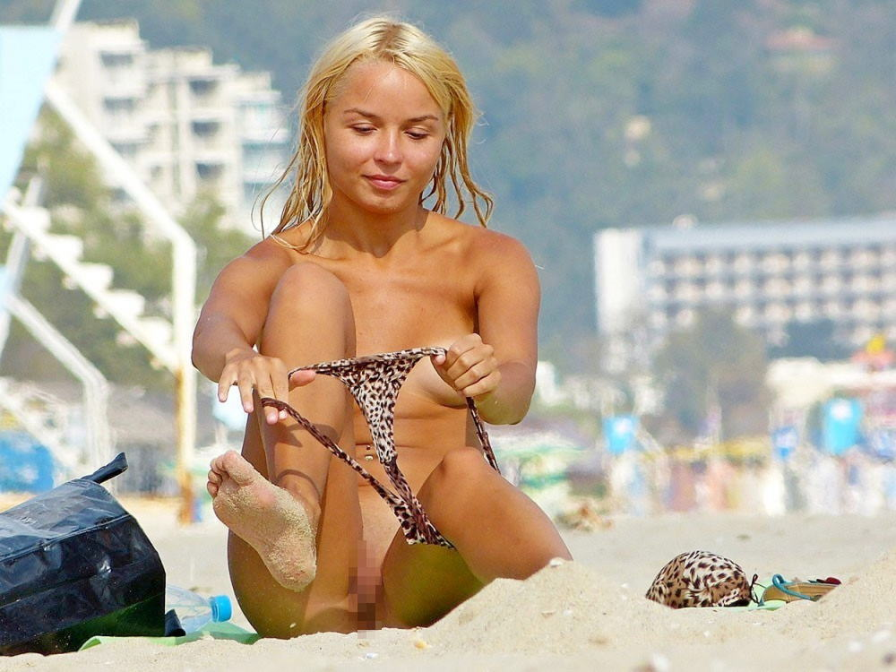 【勃起不可避】ビーチでビキニに着替える美女が撮影される。。目の前やんけぇぇぇwwwwwwwwww(画像あり)・5枚目