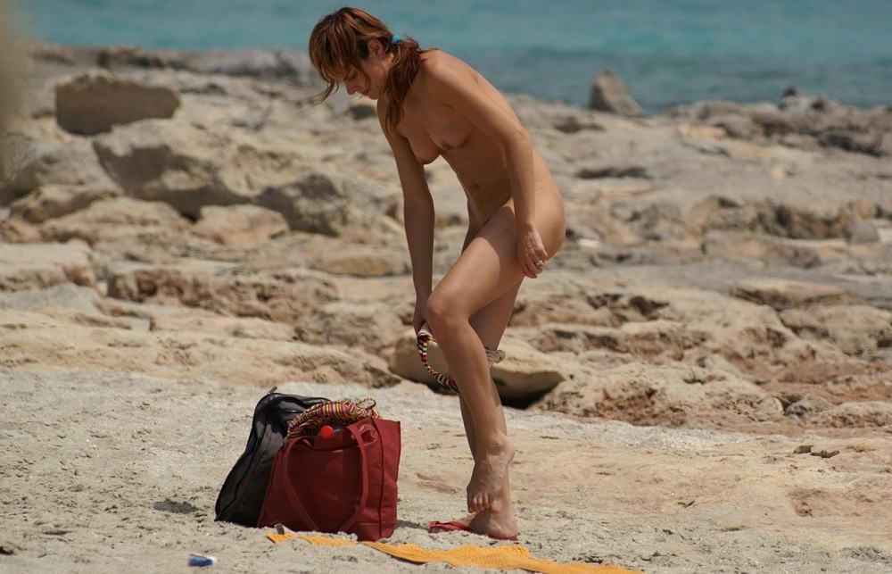 【勃起不可避】ビーチでビキニに着替える美女が撮影される。。目の前やんけぇぇぇwwwwwwwwww(画像あり)・8枚目
