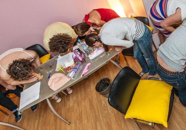 (えろ写真)SEX教室で真剣に学ぶ女性たちをご覧くださいwwwwwwwwwww