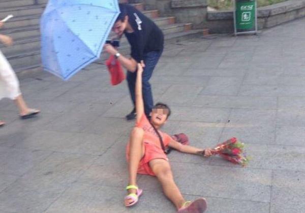 (※悲報※)中国の売り子10代小娘、体を張る。。。(写真あり)