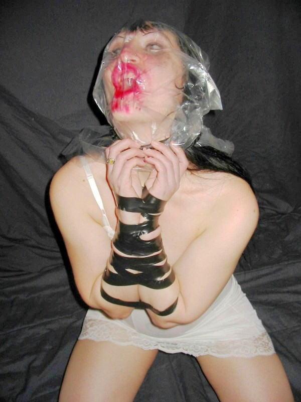 【閲覧注意】ビニール袋を使った窒息プレイのエロ画像がただのホラーだったwwwwwww(30枚)・19枚目