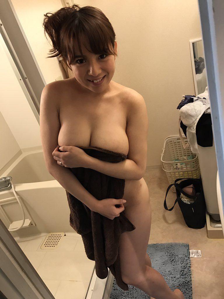 【画像あり】プライベートでも乳首を余裕で出せるAV女優オフショット画像まとめwwwwww・25枚目